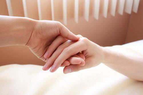 Израильские ученые: прикосновение любимого человека облегчает боль
