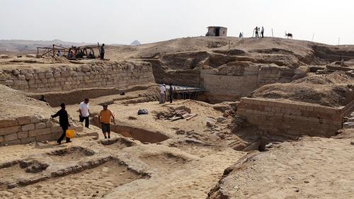Захоронение с древними гробницами обнаружили в Египте