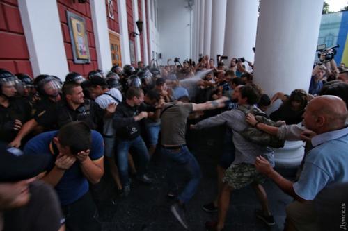 Біля одеської міськради бійка і вибух, поліція застосувала газ
