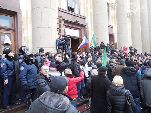 В Харькове, захвативших здание облгосадминистрации, приговорили к 8 годам заключения и ... отпустили домой