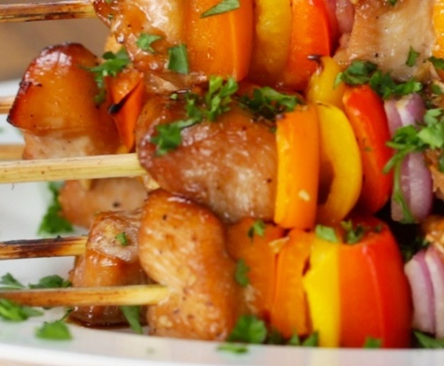 Медово-чесночные шашлычки с курицей и овощами