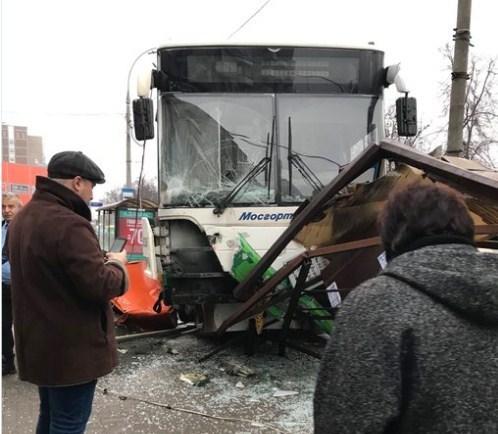 В Москве автобус врезался в остановку, есть пострадавшие