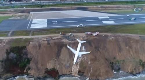 Самолет в Турции выкатился за пределы полосы и застрял на обрыве (ВИДЕО)