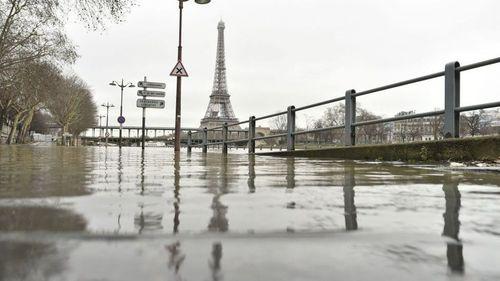В Париже Сена вышла из берегов, жители передвигаются на лодках