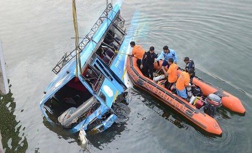 В Индии пассажирский автобус упал в реку: 36 человек погибли