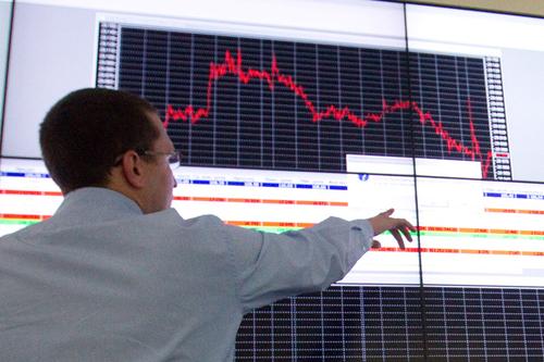 Нефть теряет в цене вслед за падением фондовых рынков