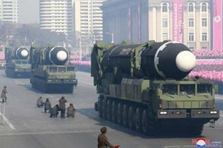 КНДР показала на параде ракеты, которыми готова «обстреливать Америку»