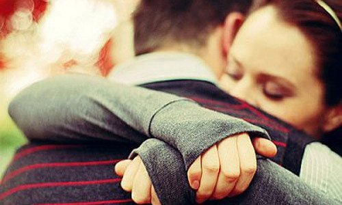 Люди стали реже обниматься