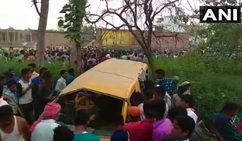 В Индии поезд протаранил школьный автобус