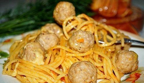 Спагетти с фрикадельками в сливочно-сырном соусе