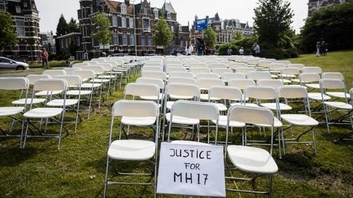 298 пустых стульев перед посольством России в Гааге