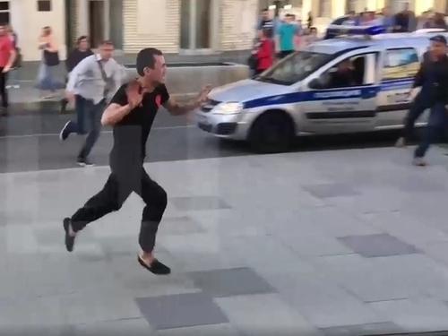 В Москве таксист выехал на тротуар и врезался в прохожих (ВИДЕО)