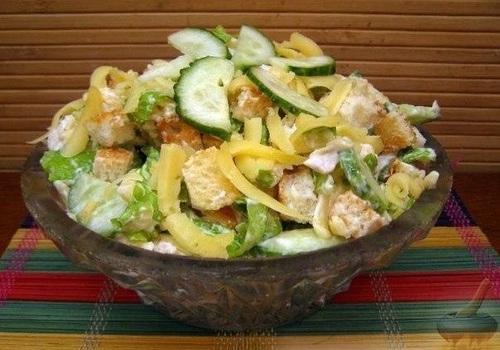 Вечерний легкий салат с куриной грудкой и сыром