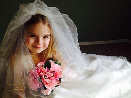 Узнав, что невесте было всего 15 лет, свадебный фотограф избил жениха