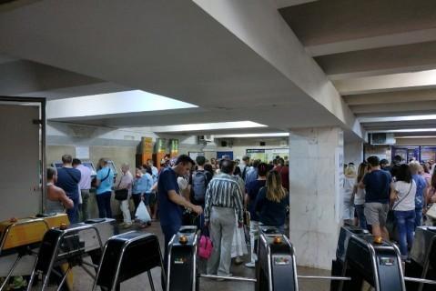 Ожидая подорожания: сотни пассажиров стоят в очередях за жетонами