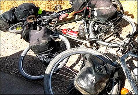 Кровь на дороге. В Таджикистане атаковали иностранных туристов