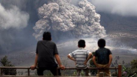 В Индонезии начал извергаться вулкан