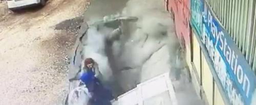 Воронка на тротуаре поглотила двух женщин (ВИДЕО)