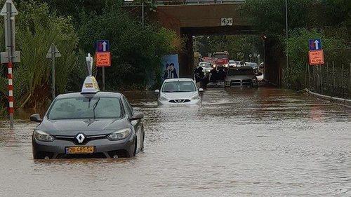 Дождь в Израиле: Аялон затоплен, людей вывозят на лодках