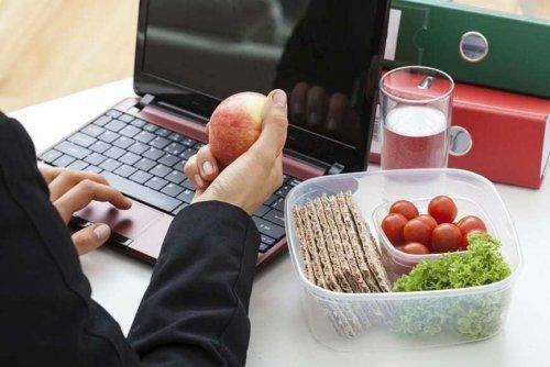 Как похудеть при работе в офисе: полезные советы диетологов