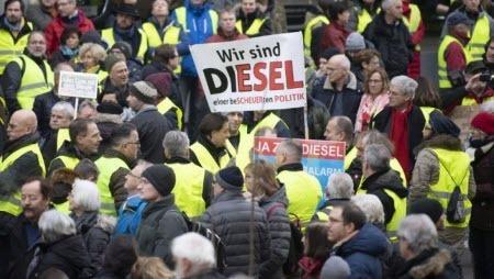 На улицы Штутгарта вышли протестующие в желтых жилетах