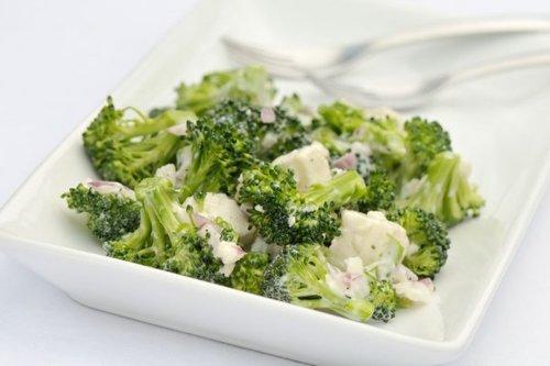 Диетический салат из брокколи со сливками и брынзой