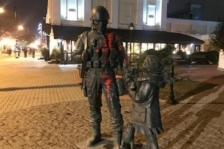 Крым: Сокуренко, обливший краской памятник оккупантам, отправлен в СИЗО