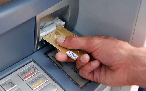 Почему опасно снимать деньги в банкомате