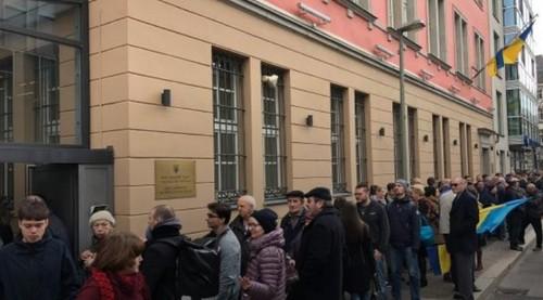 Українці стоять у чергах до виборчих дільниць у Празі, Берліні і Талліні щоб проголосувати