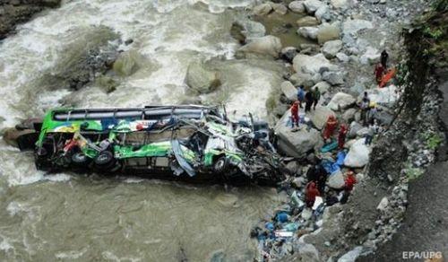 В Боливии пассажирский автобус упал в 300-метровое ущелье