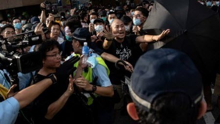 В Гонконге очередная акция протеста завершилась столкновениями