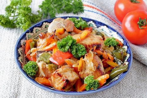 Куриное филе с луком и морковью