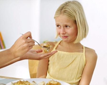 Заставлять детей все доедать с тарелки - не очень хорошая идея