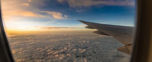 Почему в самолете закладывает уши и что с этим делать