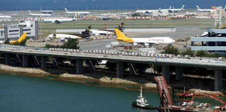 В аэропорту Гонконга произошли столкновения между полицией и демонстрантами