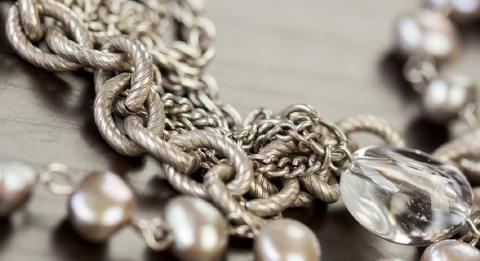 Почему серебро чернеет: причины, которые должна знать каждая женщина