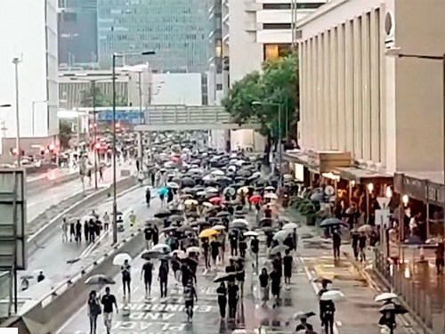 В Гонконге проходит новое шествие протестующих - несмотря на дождь и запрет полиции