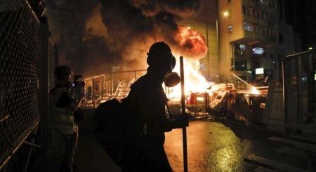 В Гонконзі тривають сутички між поліцією та учасниками забороненого маршу