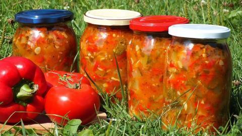 Самая легкая консервация томатов: с чесноком, кабачками и не только