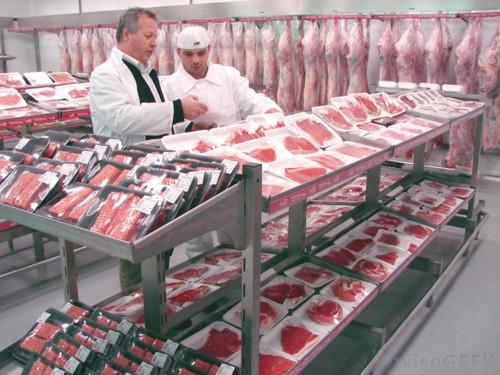 Россиян начнут кормить искусственным мясом и колбасой из панцирей саранчи