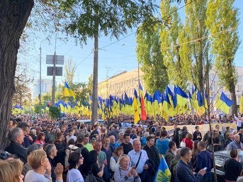 Десятки тисяч людей вийшли на вулиці Києва, щоб відзначити День Захисника України і взяти участь у марші «Ні капітуляції»