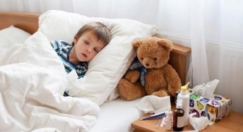 Лечить детей от ОРВИ: это бесполезно и опасно