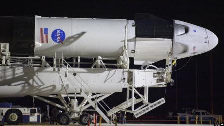 Сьогодні компанія Ілона Маска вперше запустить пілотовану місію у космос. Чого очікувати?