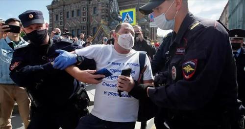 В российских городах начались задержания участников акций солидарности с Хабаровском