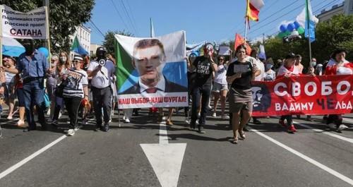В Хабаровске тысячи людей вышли на митинг — десятую субботу подряд