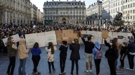 В Лионе появились надписи с угрозами обезглавить мэра, школьников и учителей