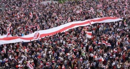 В Беларуси хотят запретить бело-красно-белый флаг