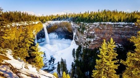Удивительная планета: ледяной кратер водопада