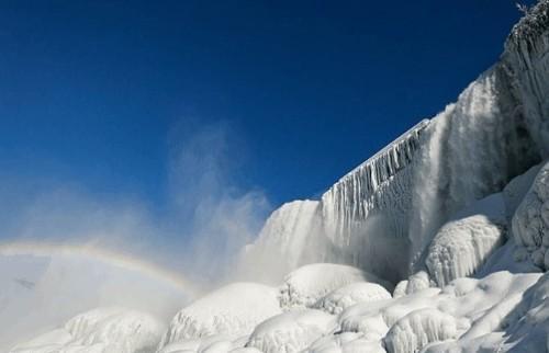 Ниагарский водопад сковало льдом