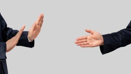 Пандемия отменила объятия и рукопожатия, но это не обязательно плохо